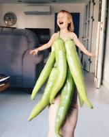 画像8: カラフルな野菜やフルーツが彼女のドレス