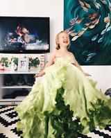 画像2: カラフルな野菜やフルーツが彼女のドレス