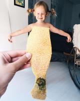 画像7: カラフルな野菜やフルーツが彼女のドレス