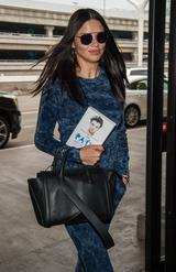 画像: メティンの著書を大事そうに握りしめて空港へ向かうアドリアナ。