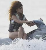 画像: 【爆笑】リアーナはジェットスキーの乗り方もかっこいい
