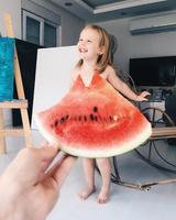 画像1: カラフルな野菜やフルーツが彼女のドレス