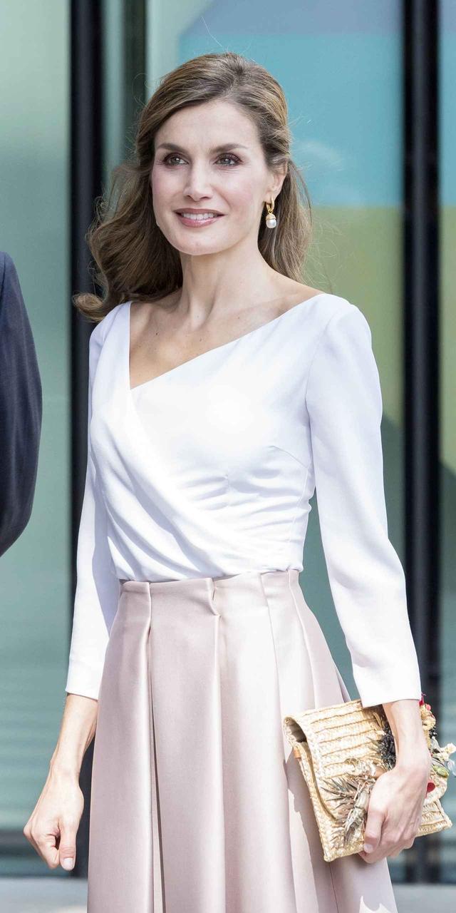 画像2: スペインのレティシア王妃が着用した4,000円のスカートが即売り切れ