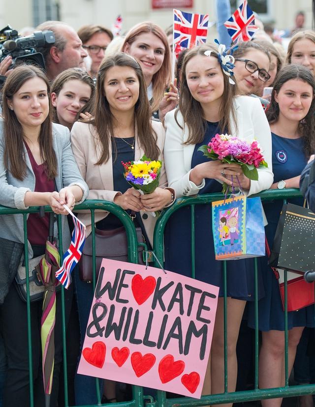 画像: 大統領府前に集まった人々。英ロイヤル・ファミリーは子供からお年寄りまで幅広い層に支持されている。