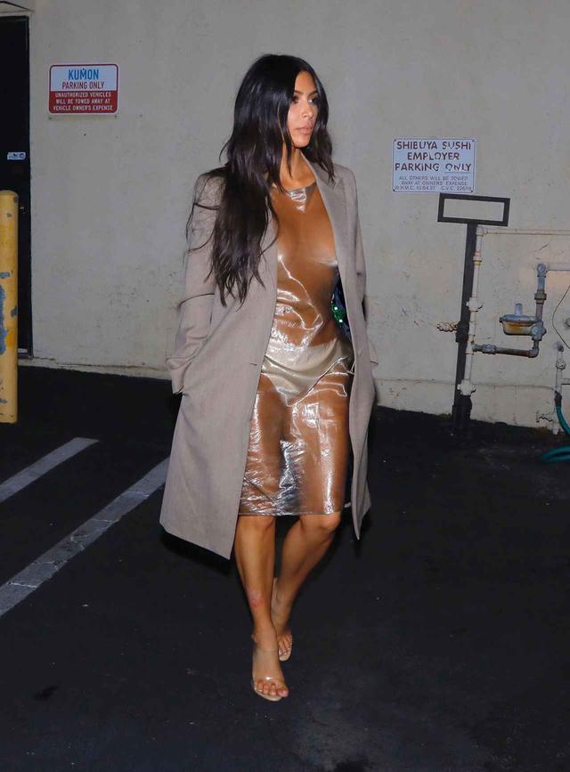 画像1: キム・カーダシアン、全身透け透けのビニールドレスを着て寿司ディナーへ