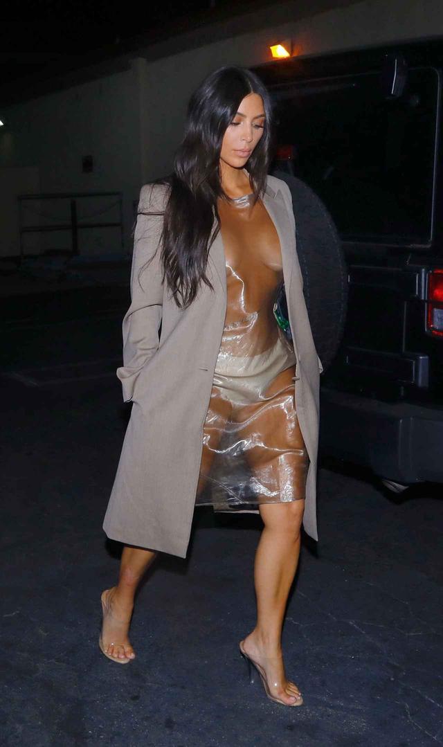 画像2: キム・カーダシアン、全身透け透けのビニールドレスを着て寿司ディナーへ