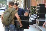 画像1: テイラーがスーツケースの中に!?