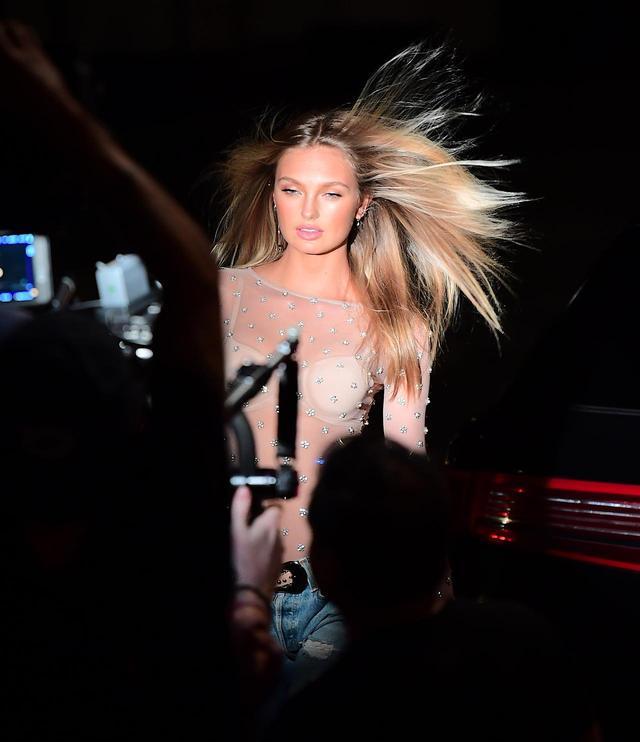 画像: ロミーは、髪の毛を風になびかせてセクシーに。