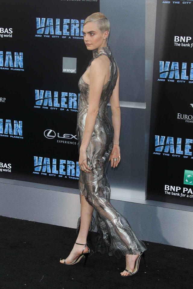 画像2: カーラ・デルヴィーニュ、映画プレミアにメタリックのシースルードレスで登場