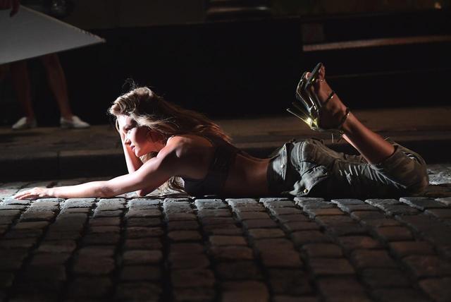 画像: 地面に寝そべって誘惑する表情をみせるジョセフィン。
