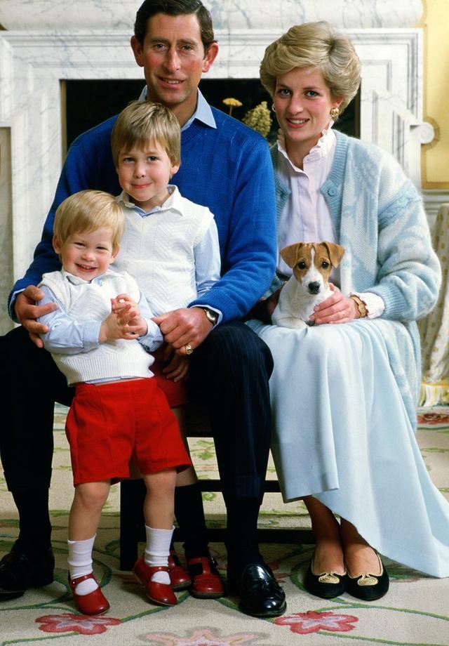 画像: 1986年に撮影された父・チャールズ皇太子、母・故ダイアナ妃、兄・ウィリアム王子とヘンリー王子の家族写真。