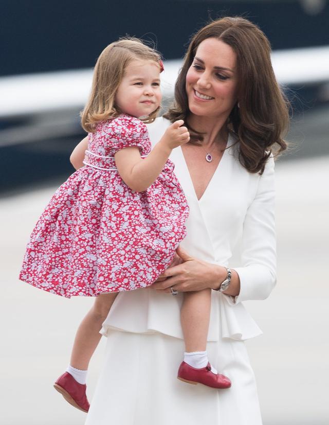 画像2: 王女が身に着けていた赤い靴に注目