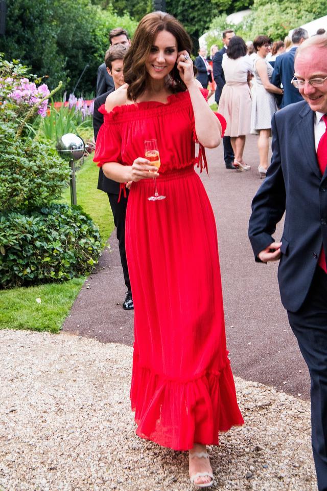 画像1: キャサリン妃、いつもと雰囲気をがらっと変えてオフショルドレスを着こなし