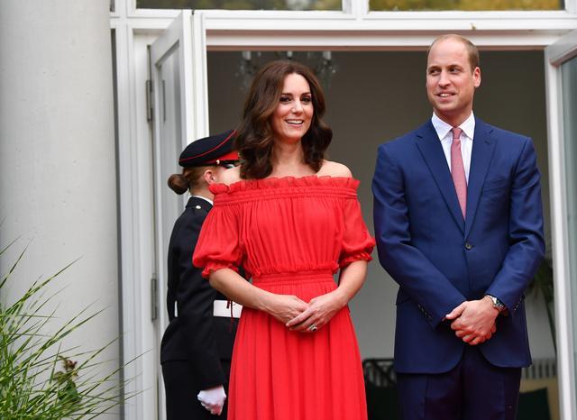 画像2: キャサリン妃、いつもと雰囲気をがらっと変えてオフショルドレスを着こなし