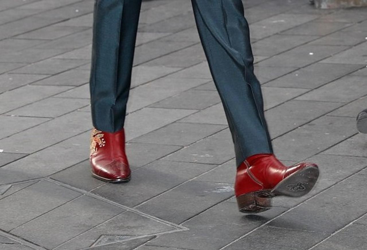 画像2: ヒールつきの靴でレッドカーペットに登場