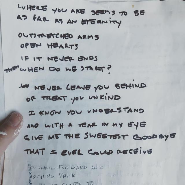 画像: 手書きの歌詞が書かれた紙をSNSに投稿