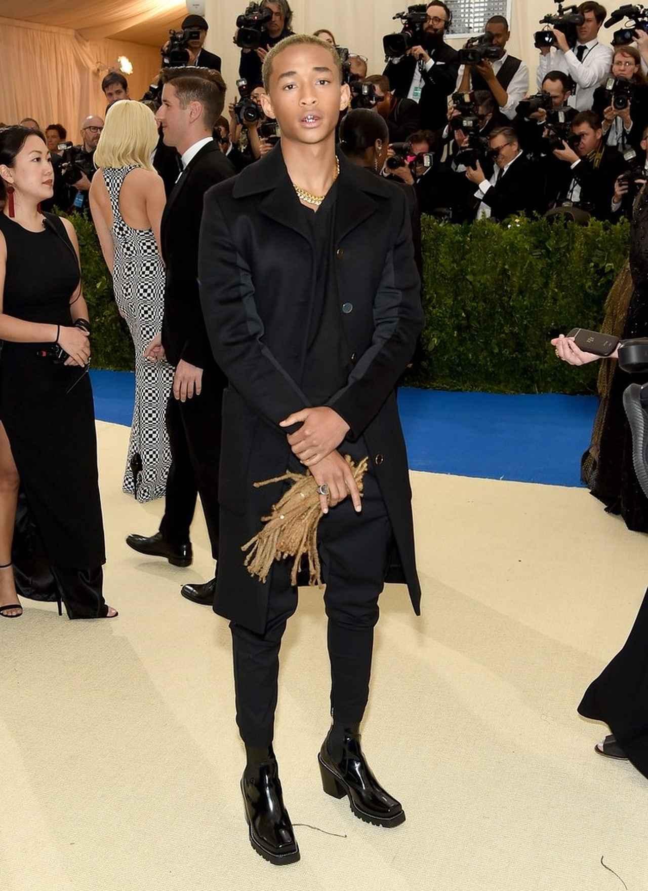 画像: 5月に開催された毎年恒例のファッションの祭典METガラに、ルイ・ヴィトン(Louis Vuitton)のハイヒールブーツを履いて登場したジェイデン。