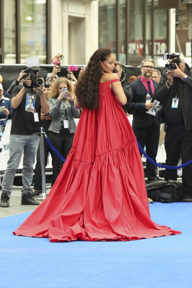 画像3: リアーナ、出演映画のプレミアで胸ポロ寸前のドレスを堂々と着こなす