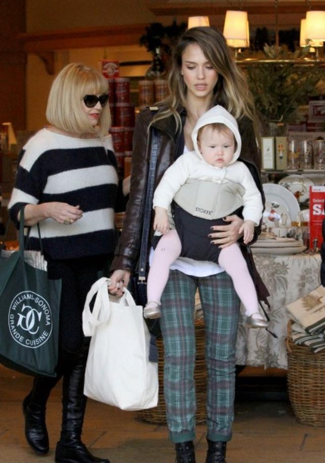 画像: ジェシカ愛用の抱っこ紐「ストッケ マイキャリア」は、フィット感が抜群で両手が自由に使えるため、買い物中も強い味方。 www.stokke.com