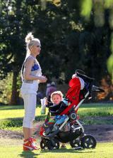 画像: 息子と公園を訪れたグウェン・ステファニー。