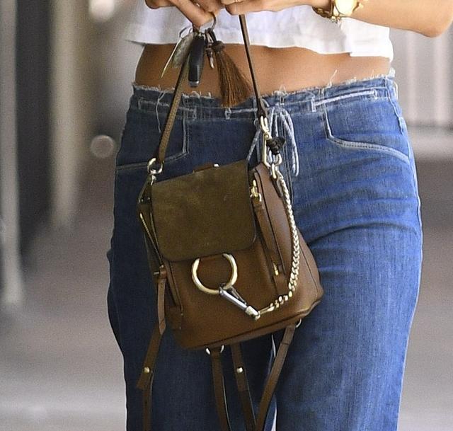 画像2: 人気ヴィクシー・エンジェルによる、LA風白Tシャツ+デニムの着こなし