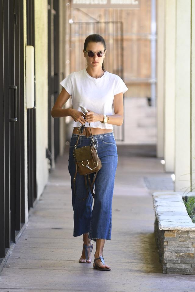 画像1: 人気ヴィクシー・エンジェルによる、LA風白Tシャツ+デニムの着こなし