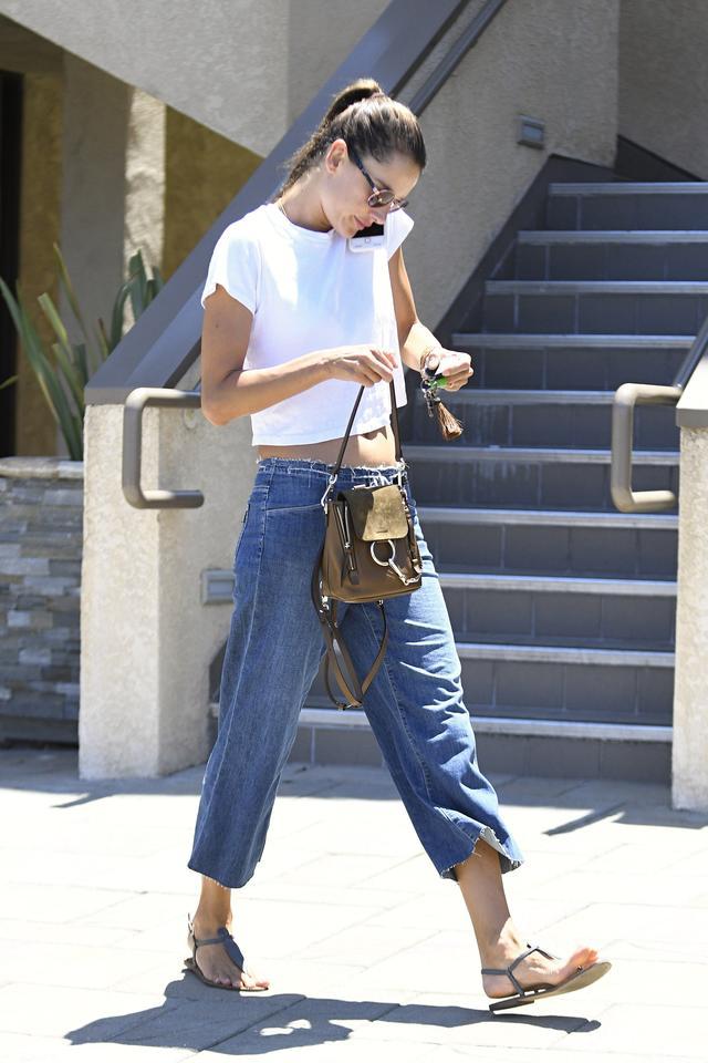 画像4: 人気ヴィクシー・エンジェルによる、LA風白Tシャツ+デニムの着こなし