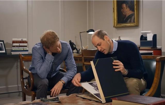 画像: 弟のヘンリー王子とともにダイアナ妃との思い出のアルバムを振り返るウィリアム王子。