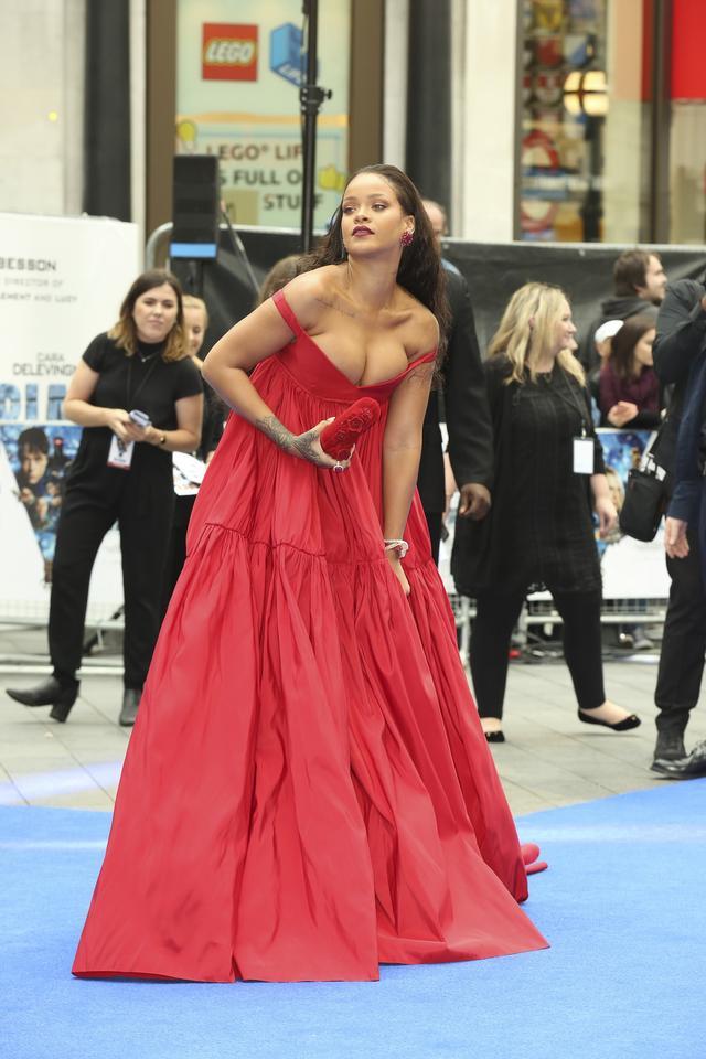画像2: リアーナ、出演映画のプレミアで胸ポロ寸前のドレスを堂々と着こなす