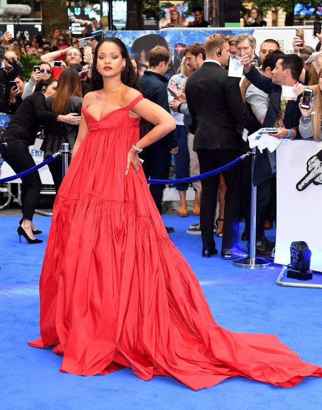画像1: リアーナ、出演映画のプレミアで胸ポロ寸前のドレスを堂々と着こなす