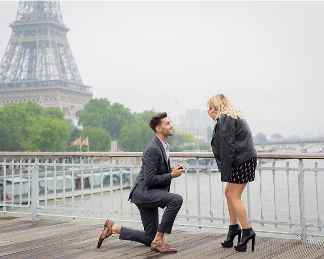 画像: 2016年5月にパリのエッフェル塔をバックにプロポーズされて婚約