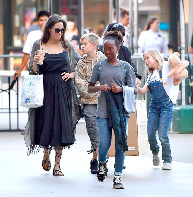 画像: 先週(7月19日)、娘たちを連れてロサンゼルスの街にショッピングに出かけたアンジェリーナ。