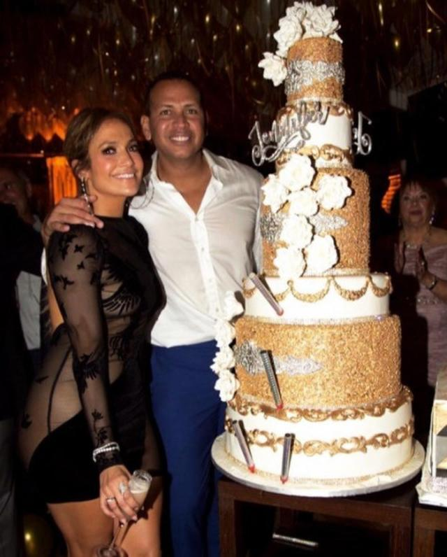 画像2: 注目すべきはスワロフスキー付きケーキ