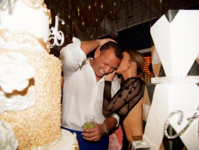 画像3: 注目すべきはスワロフスキー付きケーキ