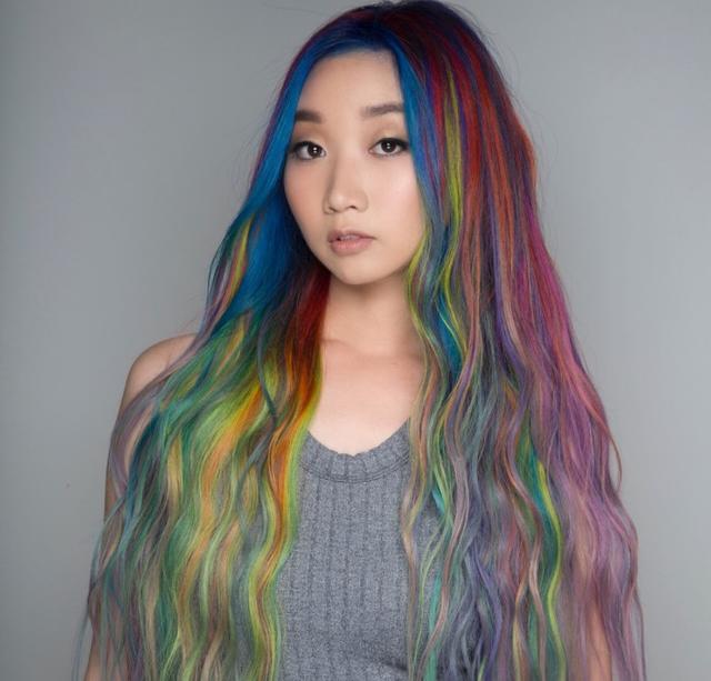 画像1: レインボーヘアじゃモノ足りない!計34色のヘアカラーを使った髪色が圧巻の美しさ