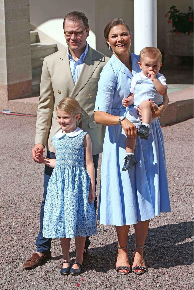 画像1: スウェーデン王女、誕生日にH&Mの4,500円のサンダルを履く