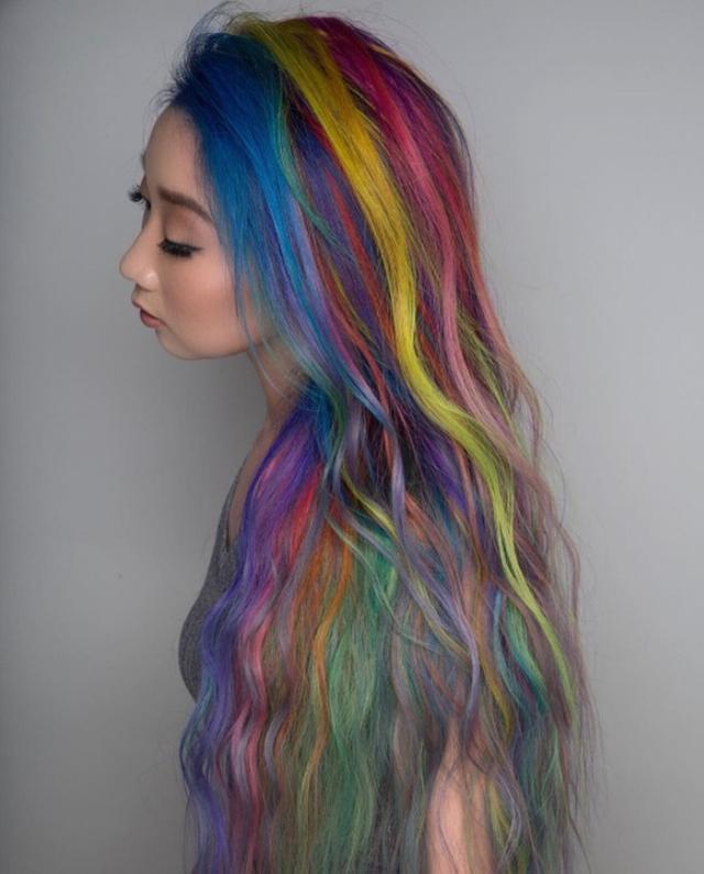 画像2: レインボーヘアじゃモノ足りない!計34色のヘアカラーを使った髪色が圧巻の美しさ