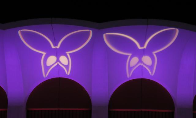 画像: LA公演では『デンジャラス・ウーマン』のロゴライトが