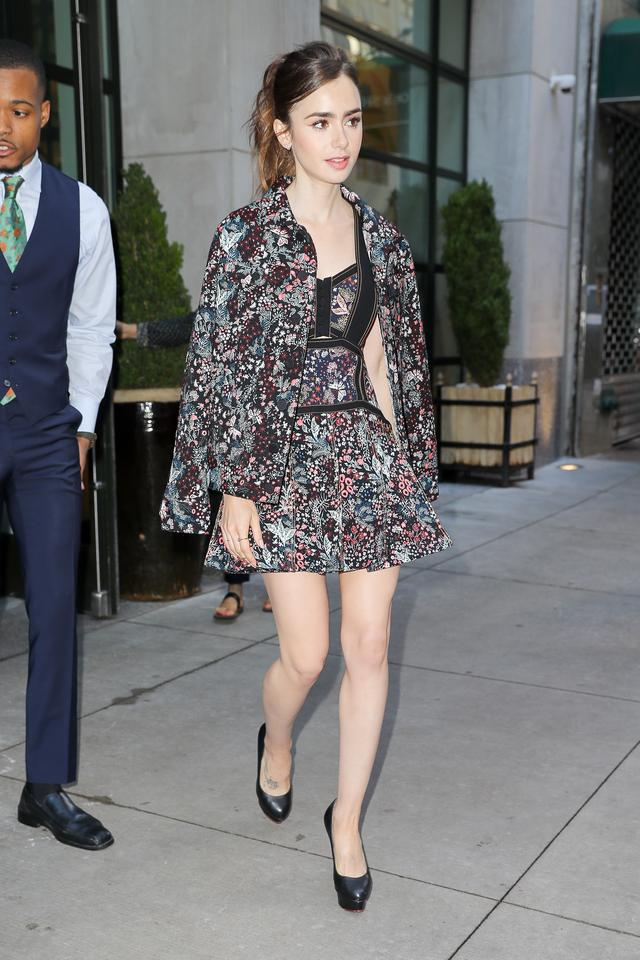 画像1: 女優リリー・コリンズの花柄ワンピーススタイルが可愛すぎる