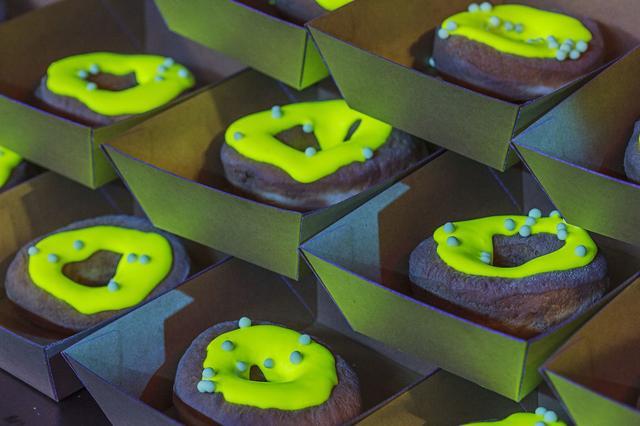 画像: 暗闇で光るドーナッツ!?