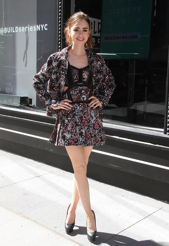 画像2: 女優リリー・コリンズの花柄ワンピーススタイルが可愛すぎる