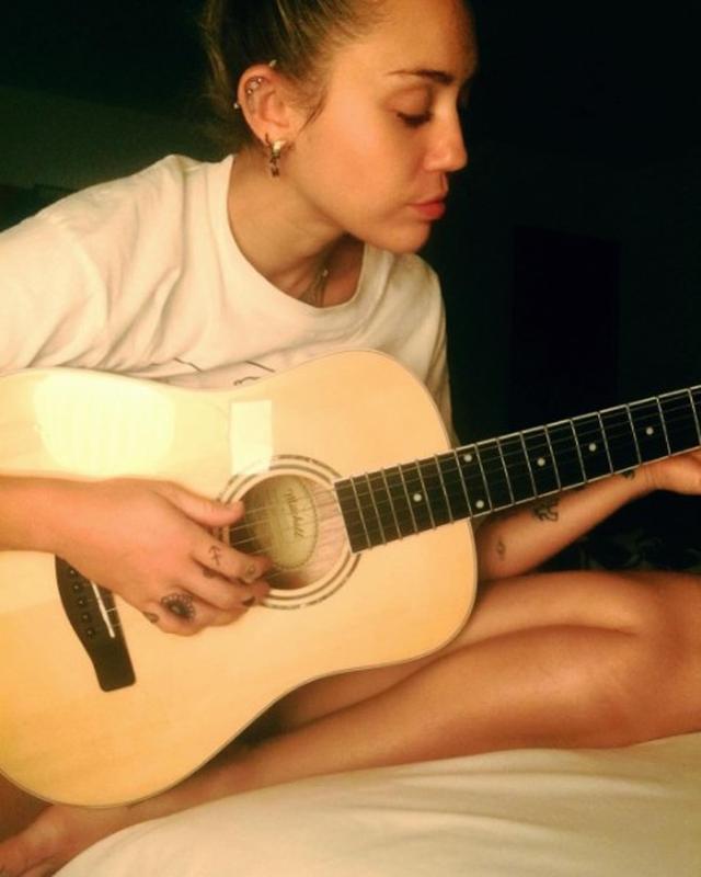 画像2: マイリー・サイラス、婚約者リアムについて曲を書いているとほのめかす
