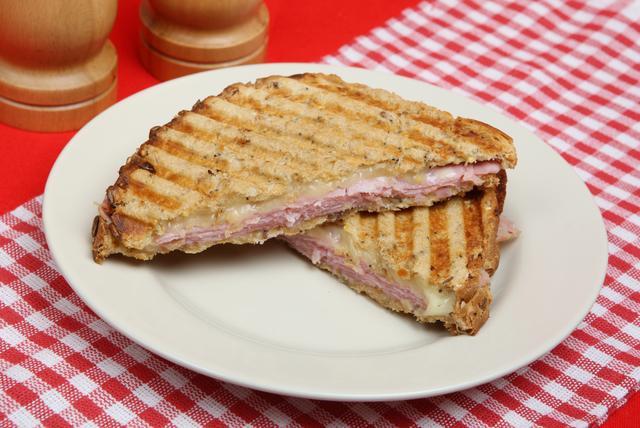 画像: こちらがそのグリルドチーズサンド。ハムなどを挟む場合も。