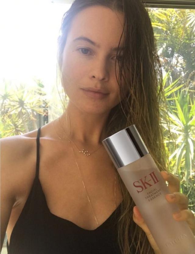 画像: 人気ヴィクシー・エンジェル、日本のブランドSK-IIの化粧水を愛用