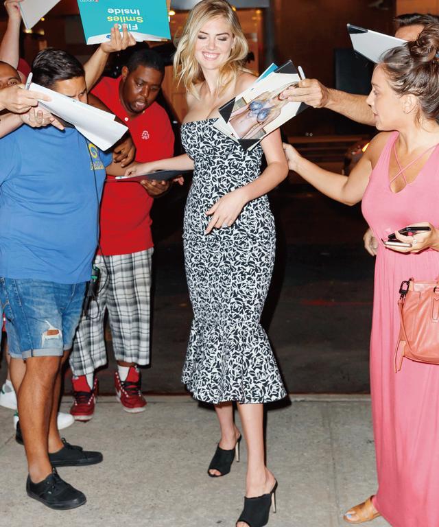 画像: イベント会場前で多くのファンに囲まれたケイト。