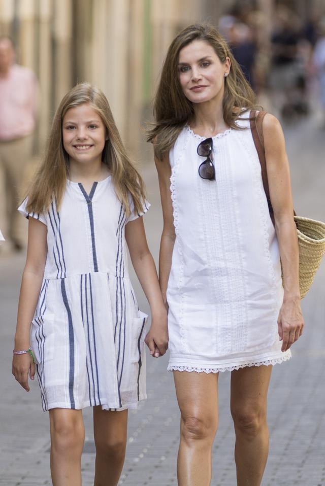 画像2: スペイン王室一家の爽やかなバカンス・ファッションがオシャレすぎる