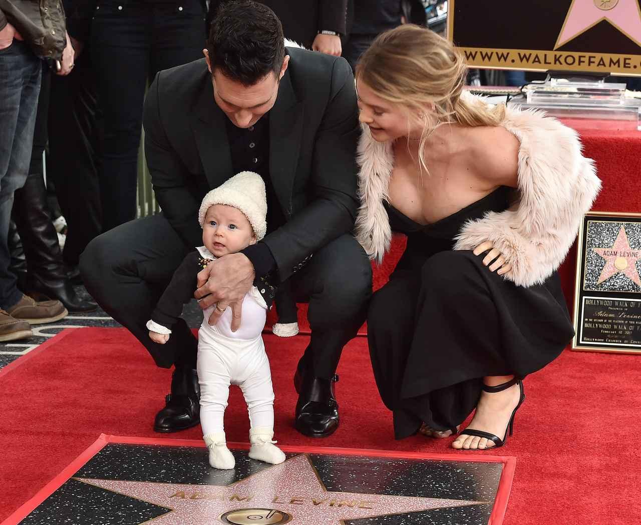 画像: ハリウッド殿堂の歩道にアダムの名前が加えられ、娘ダスティ・ローズちゃんを連れて家族で式典に出席。