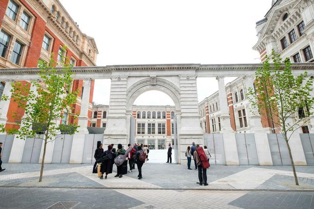画像: ロンドンにあるヴィクトリア&アルバート博物館の外観。ロイヤルファミリーも訪れる由緒ある博物館として知られている。