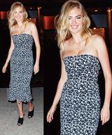 画像: ケイトが着用したトランペットドレスは、マイケル・コース コレクション 2017プレフォールの新作。