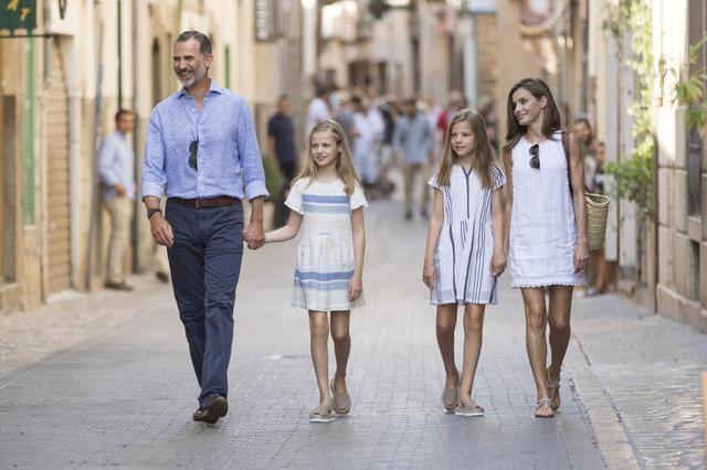 画像4: スペイン王室一家の爽やかなバカンス・ファッションがオシャレすぎる